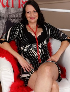 Elegant  Wifey Rea White  Takes off and  Opens Her Hot Furry  Hoo Ha